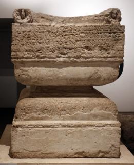 Altare_del_dio_ignoto,_110-90_ac_ca,_dall'area_sudorientale_del_palatino_verso_il_velabro
